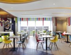 nội thất quán cafe theo phong cách hiện đại.